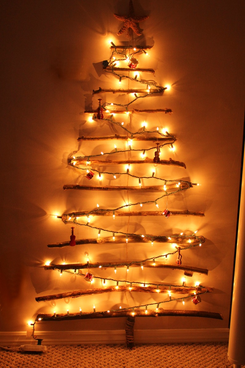 10 reasons to install Christmas tree on wall with lights | Warisan ...
