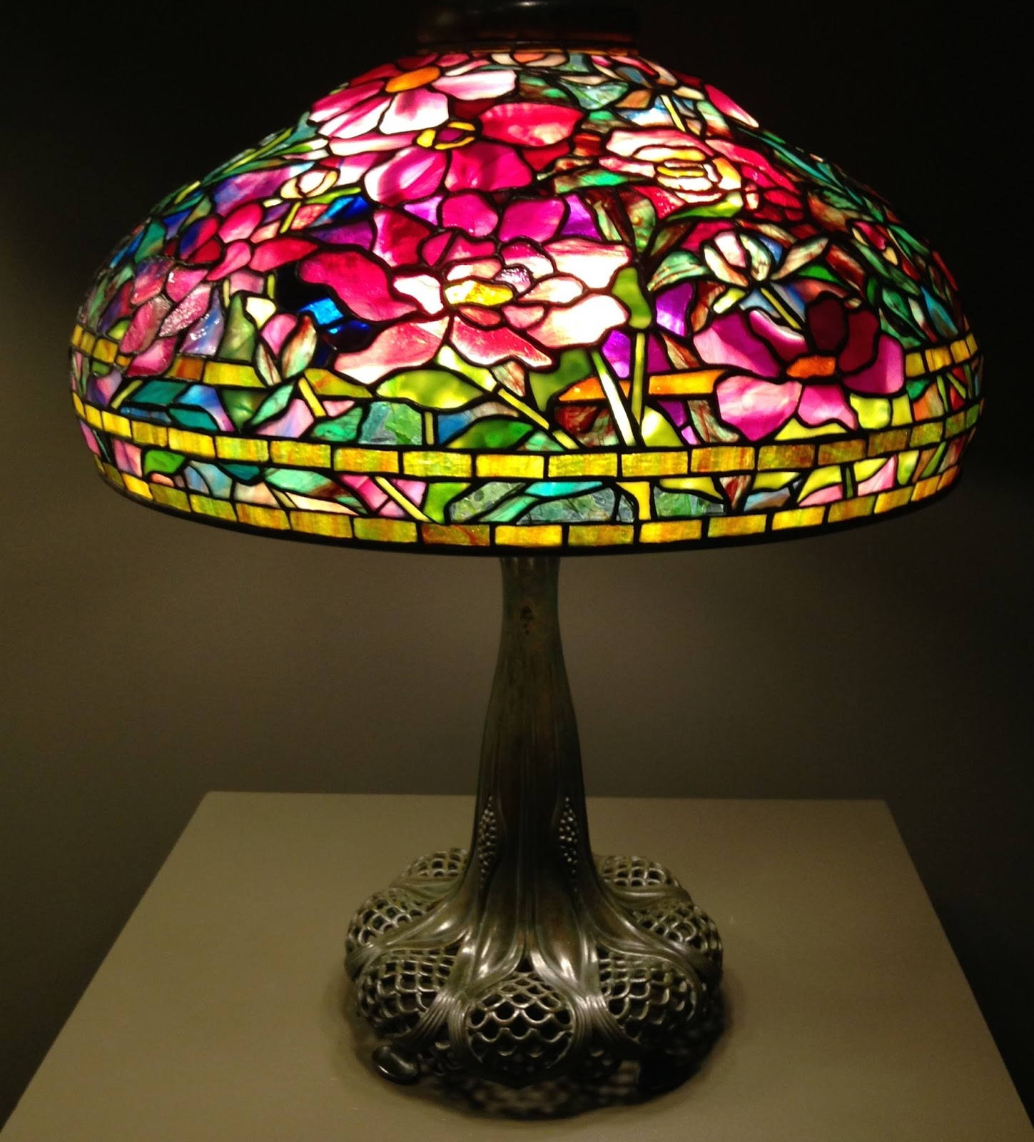 Bedside Table Designs The Awesomeness Of Louis Comfort Tiffany Lamps Warisan