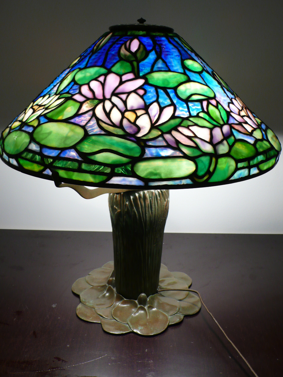 tiffany stained glass lamps 10 reasons to buy warisan lighting. Black Bedroom Furniture Sets. Home Design Ideas