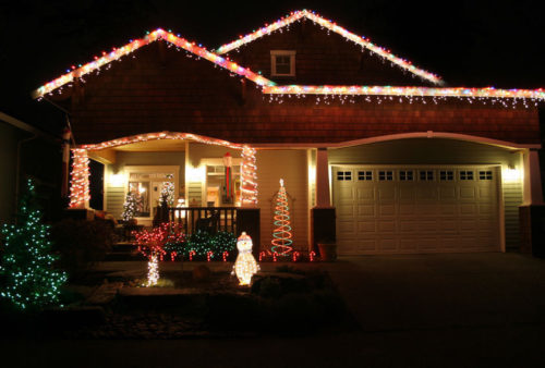 hang-outdoor-christmas-lights-photo-10