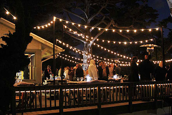 Cafe string lights outdoor give social gatherings a - Guirlande lumineuse exterieure blanche ...