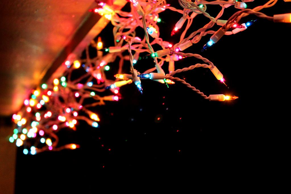 hang outdoor christmas lights photo - 1
