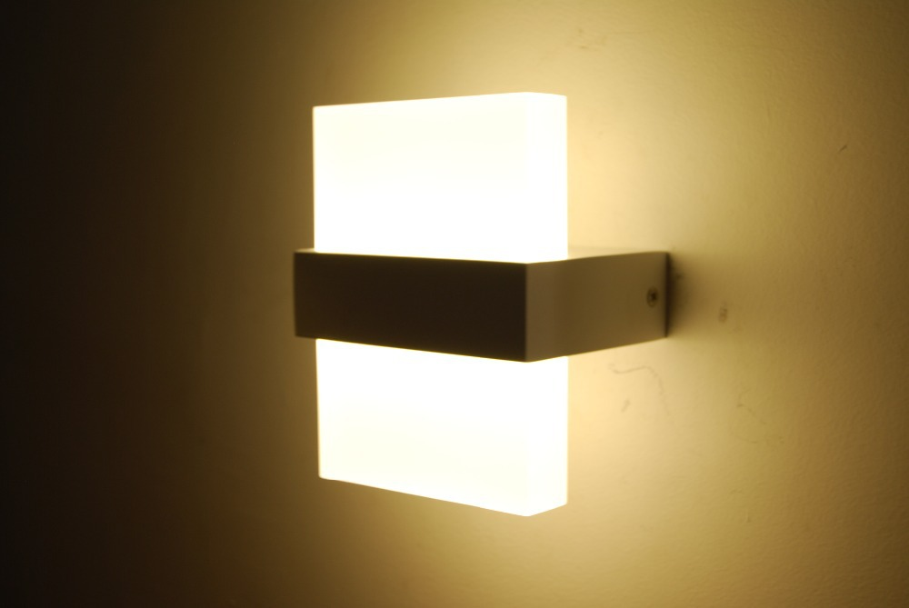 led bedroom wall lights 10 varieties to illuminate your. Black Bedroom Furniture Sets. Home Design Ideas