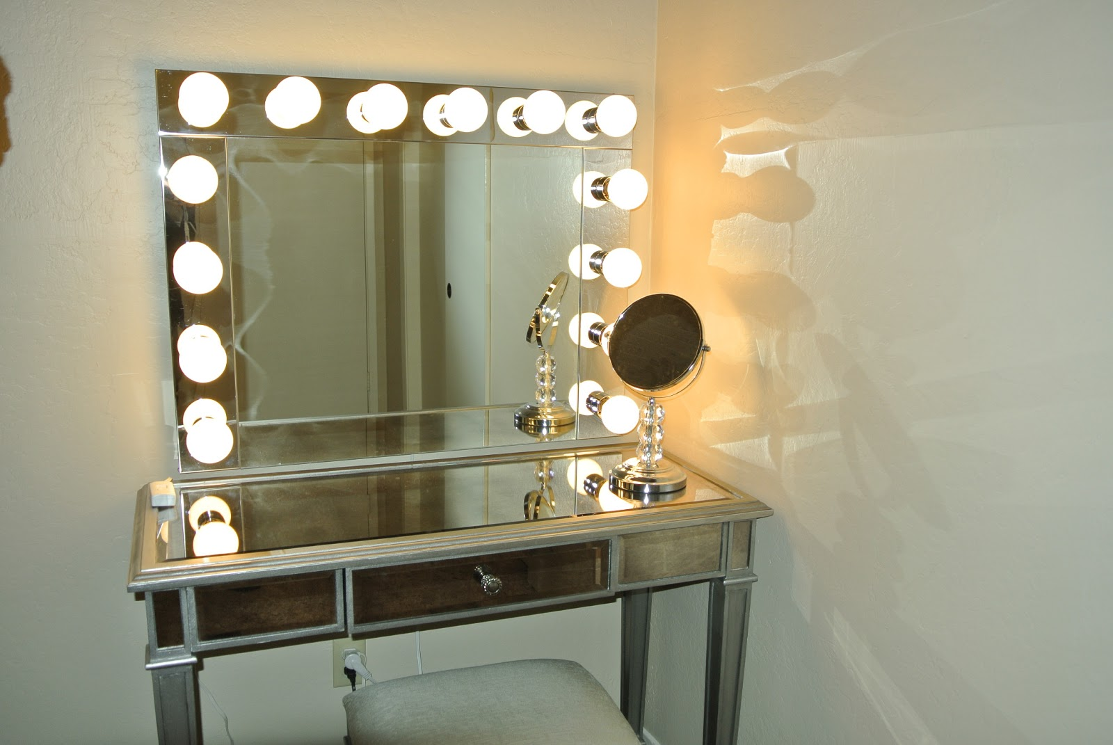 wall mounted light up mirror photo - 2